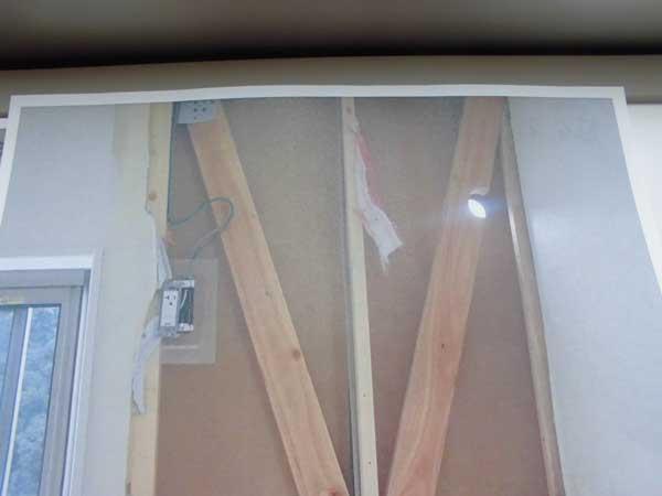 エアコン工事で筋交いを抜かれた穴の写真