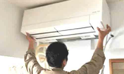 三菱・霧ヶ峰ADVANCEにおけるエアコン取付工程