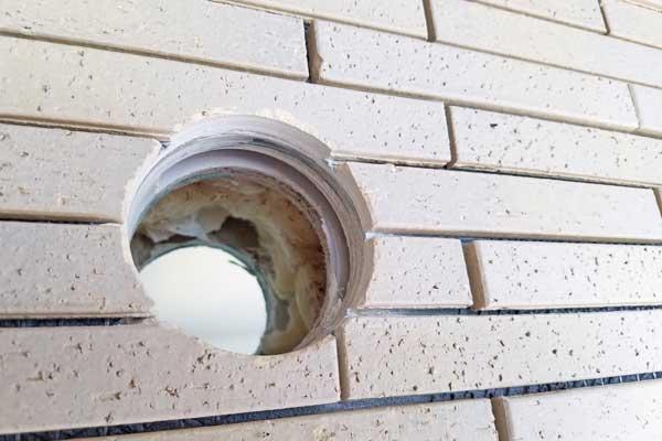 タイル壁にあけたエアコン用の穴
