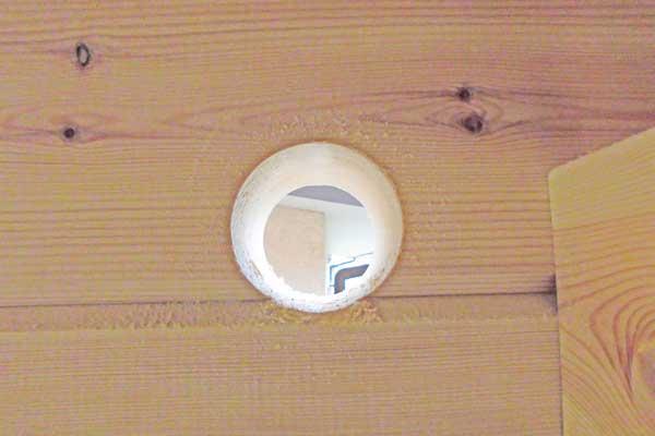 ログハウスにあけたエアコン用の穴