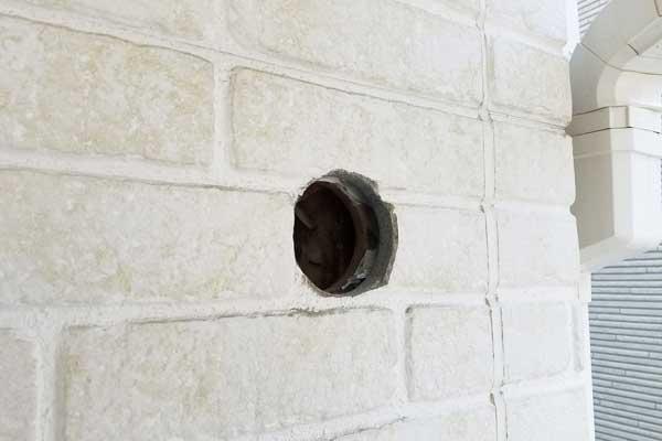 サイディングボードにあけたエアコン用の穴