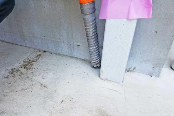 コンクリートにあけたエアコン用の穴