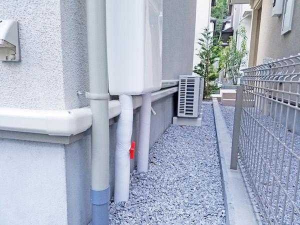 エアコン配管雨樋交わし完成1